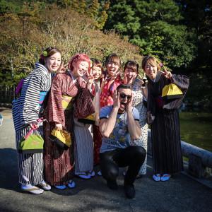 gésának öltözött japán turisták