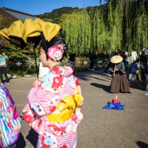 gésáknak beöltözött japán turisták