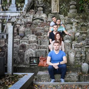 csoportkép a temetőben